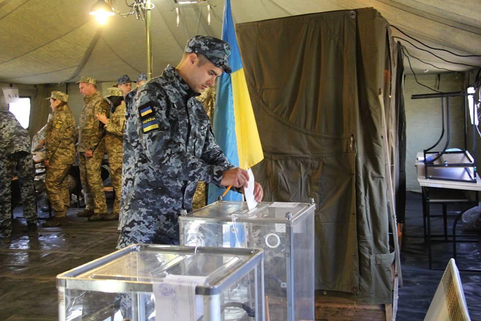 Разница между Порошенко и Зеленским на передовой составила 890 голосов