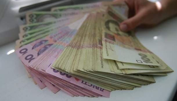 Зарплаты украинских госслужащих планируют поднять на 30%