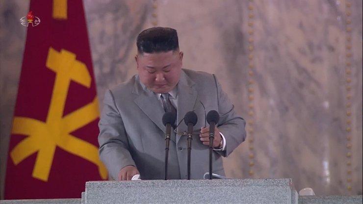 Ким Чен Ын прослезился на военном параде, извиняясь за неудачи