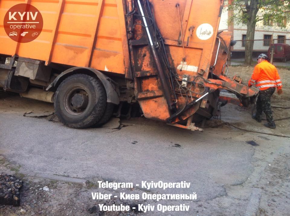 В Киеве под тяжестью мусоровоза треснул асфальт