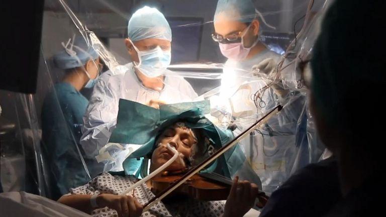 Концерт в операционной. Британка играла на скрипке, пока врачи оперирова...