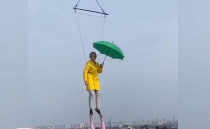 Кандидат в мэры Киева Верещук летала над городом под зонтом