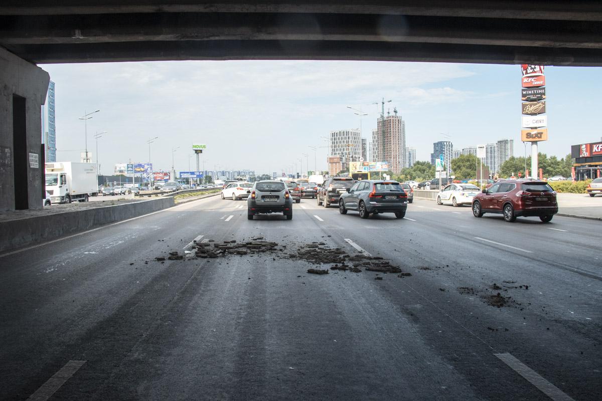 """Еще один """"устал"""": на столичных Осокорках куски бетона с путепровода упал..."""