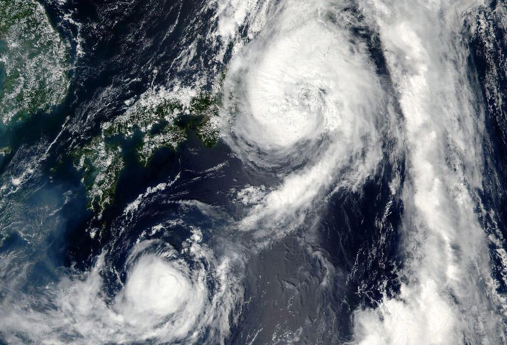 В Японии разбушевались тайфуны: есть погибшие и раненые