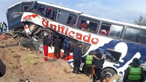 В Боливии автобус врезался в скалу: 17 погибших, десятки раненых
