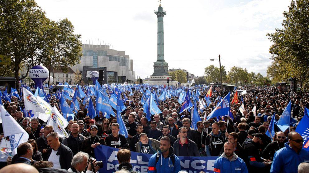"""Французская полиция устроила акцию протеста в Париже: """"Кто кого убивает?..."""