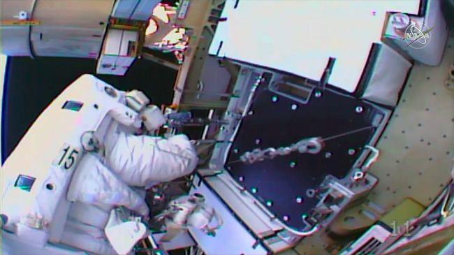 Астронавты NASA в открытом космосе сменили солнечные батареи МКС