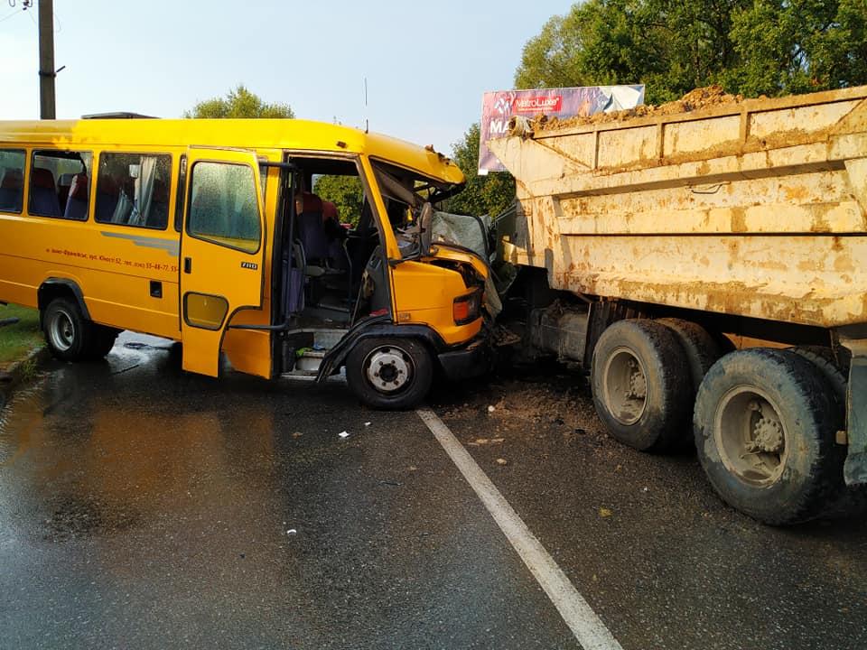 На Львовщине маршрутка столкнулась с грузовиком, более 10 человек в боль...
