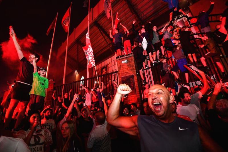 Карантинное веселье: футбольные фанаты в Ливерпуле устроили массовые гул...