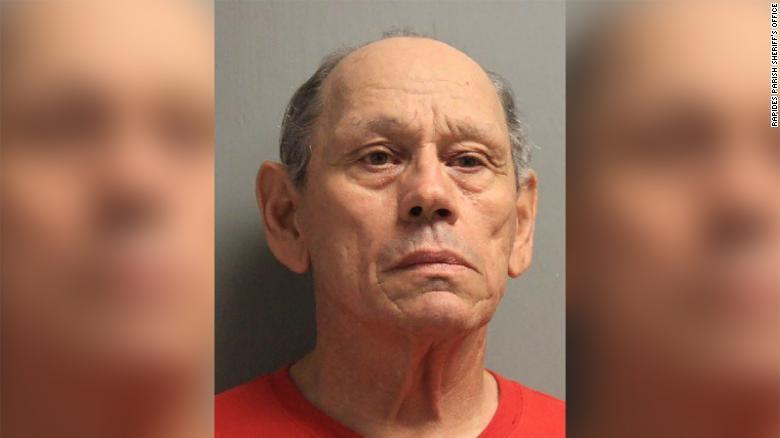 71-летнего американца подозревают в ста случаях сексуального насилия над...