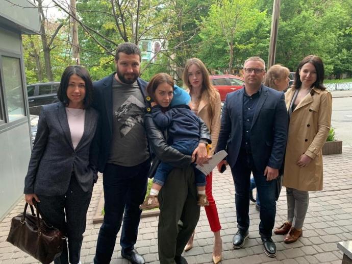 Двухлетний мальчик, которого удерживали в посольстве Дании, поехал домой...