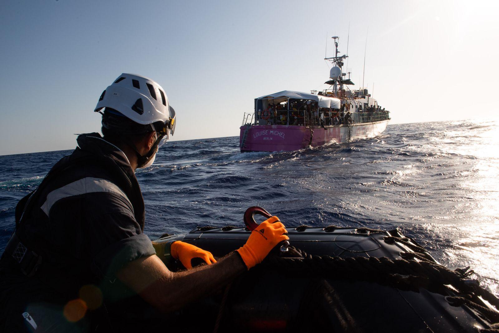 Купленное Бэнкси судно для спасения мигрантов выловило из моря 200 челов...
