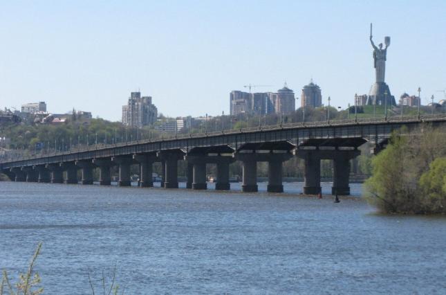 На мосту Патона в Киеве ограничат движение из-за аварийного проседания п...