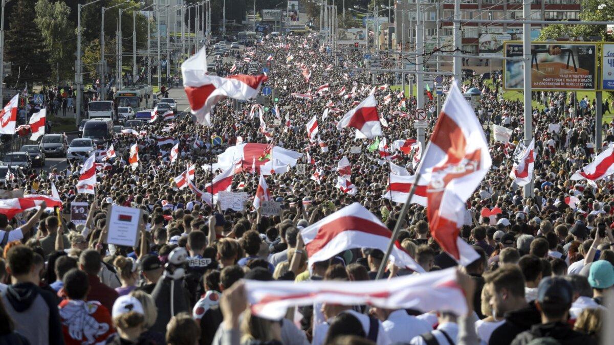 Протесты в Беларуси: в Минске возводят баррикады, в Бресте силовики прим...