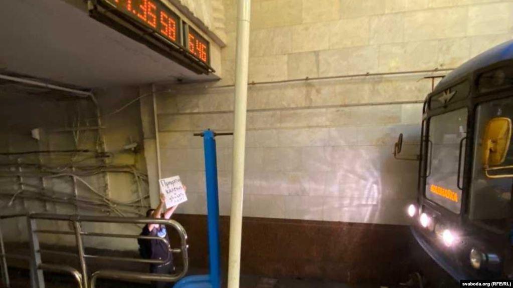 """""""Прекратите калечить людей"""": В Минске протестующий заблокировал синюю ве..."""