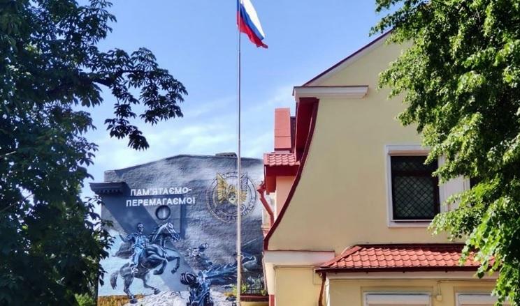Возле российских дипмиссий в украинских городах появились билборды с гер...