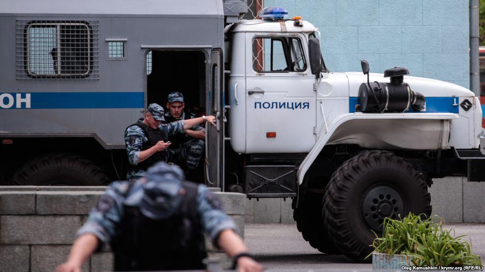 В Крыму вооруженный ОМОН проверяет автобусы на новых блокпостах,  - очев...