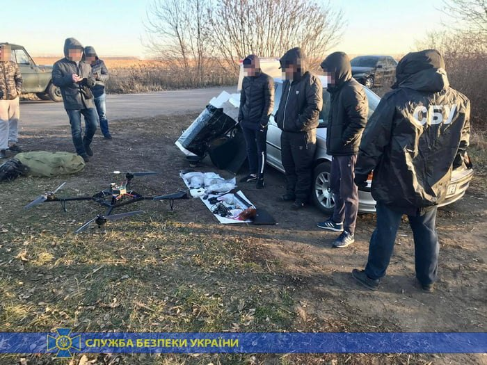 СБУ: Двое мужчин дронами доставляли марихуану в РФ