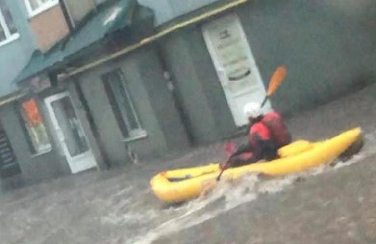 Во Львове жители из-за сильного дождя пересели на лодки