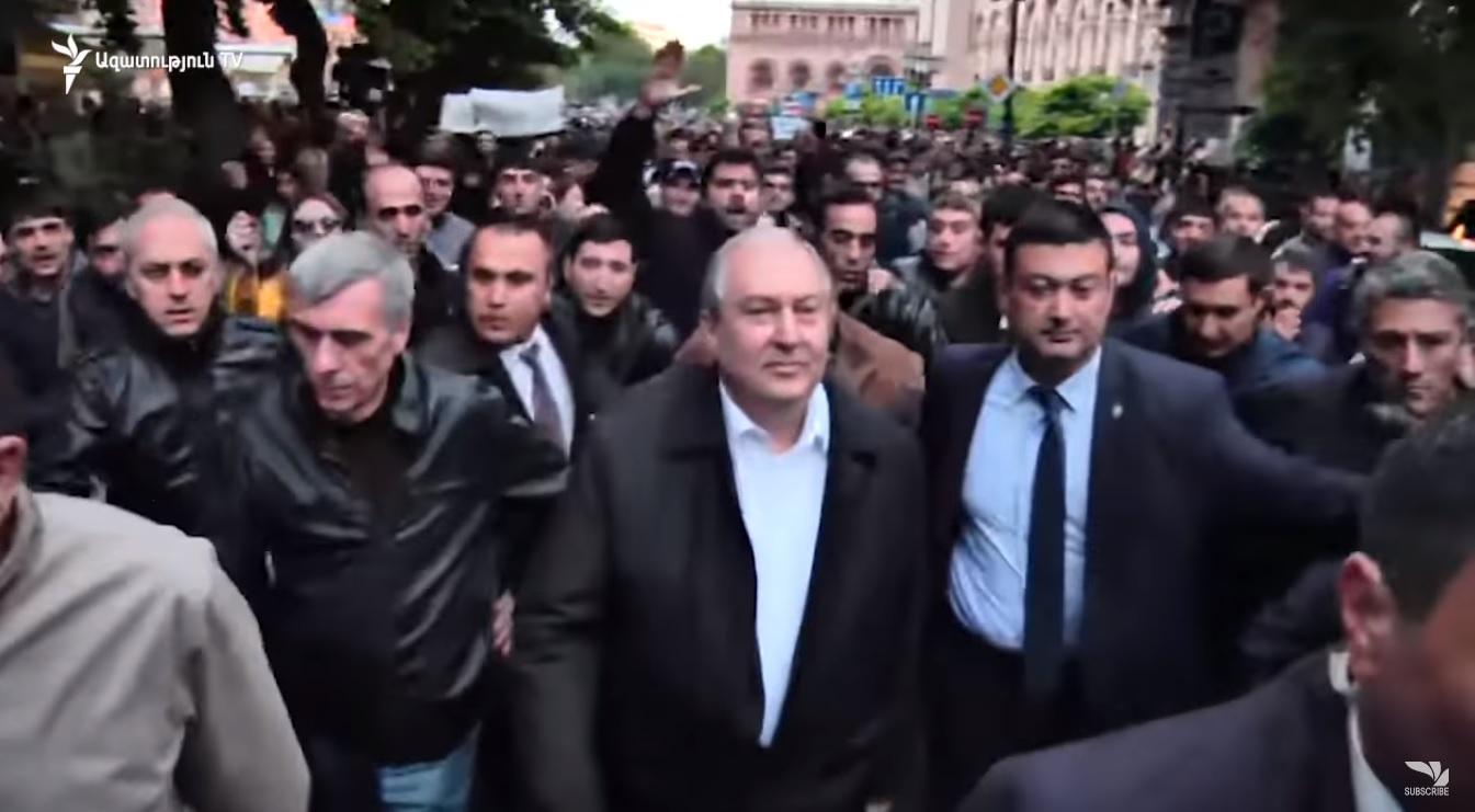 Президент Армении пообщался с протестующими