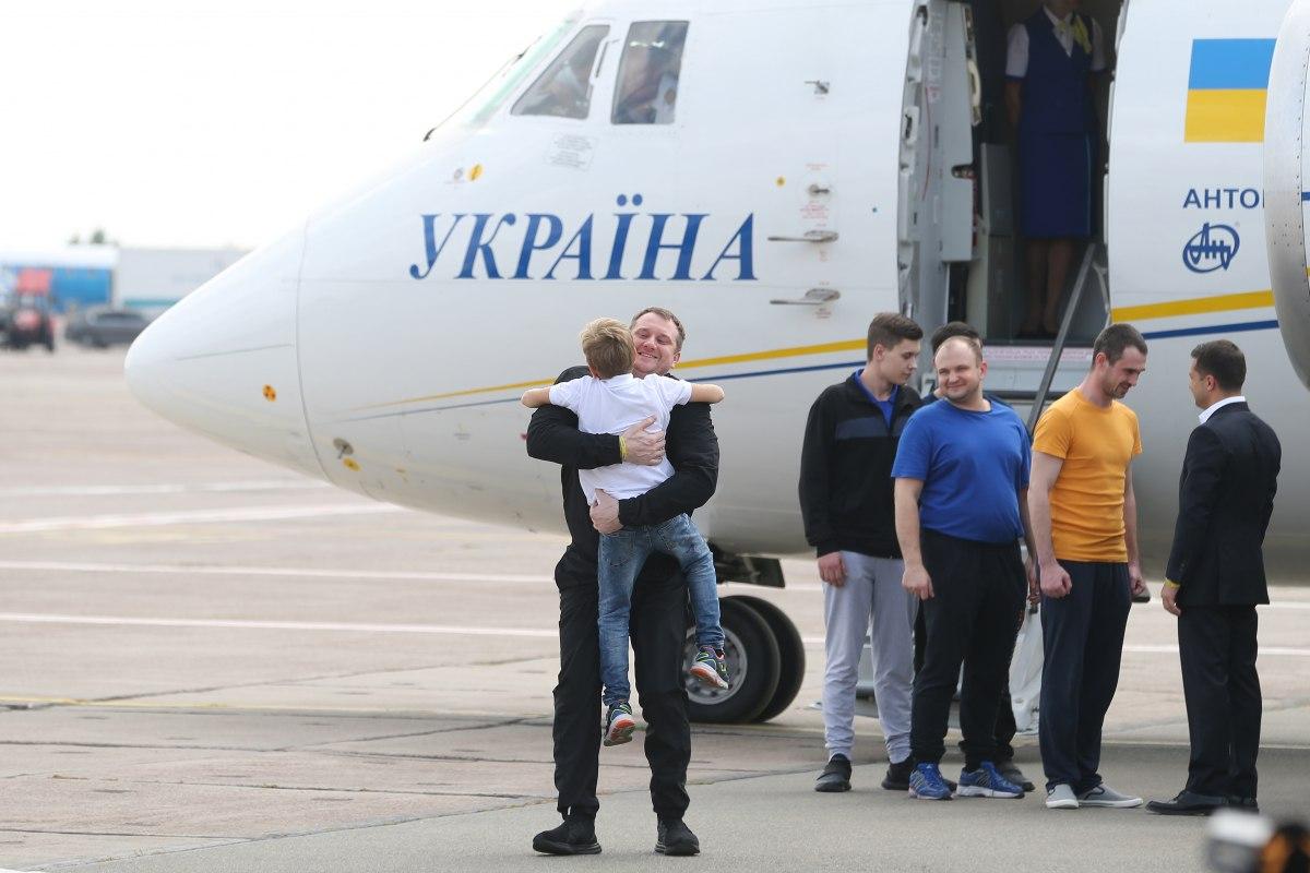 День слез и радости. Фоторепортаж: как Украина встретила вернувшихся из...