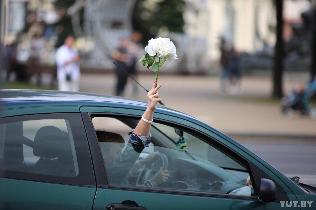 Цветы лучше пуль. Как в Беларуси проходят дневные протесты