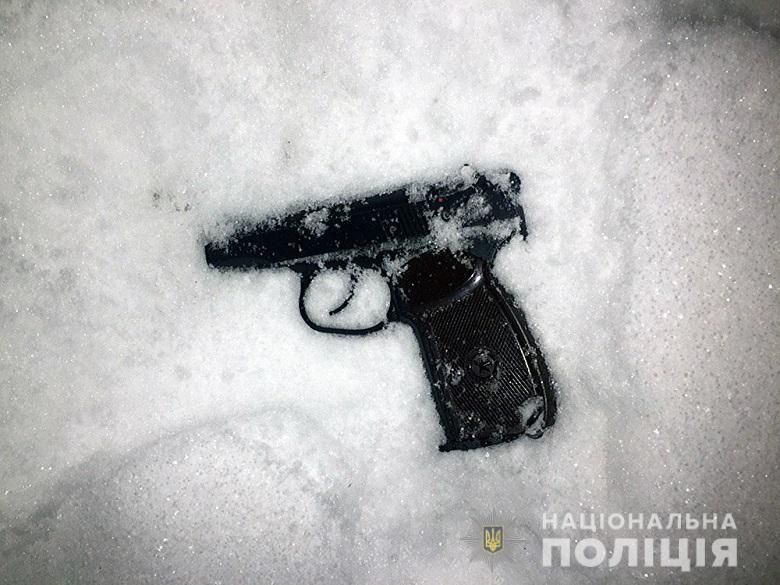 В Киеве мужчина ночью обстрелял двери школы