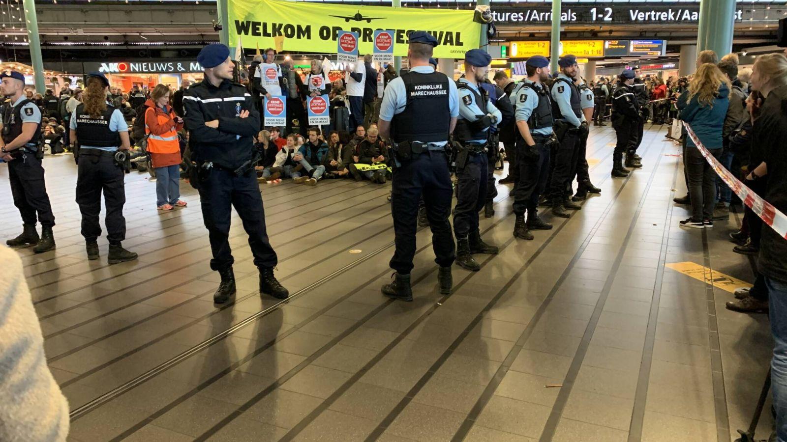 Приковали себя цепями. В аэропорту Амстердама задержали 25 экоактивистов