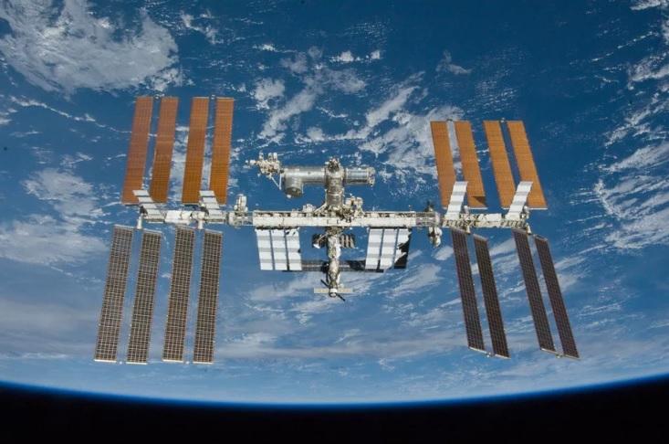 """""""Роскосмос"""" доставит двух туристов на МКС, один из которых выйдет в откр..."""