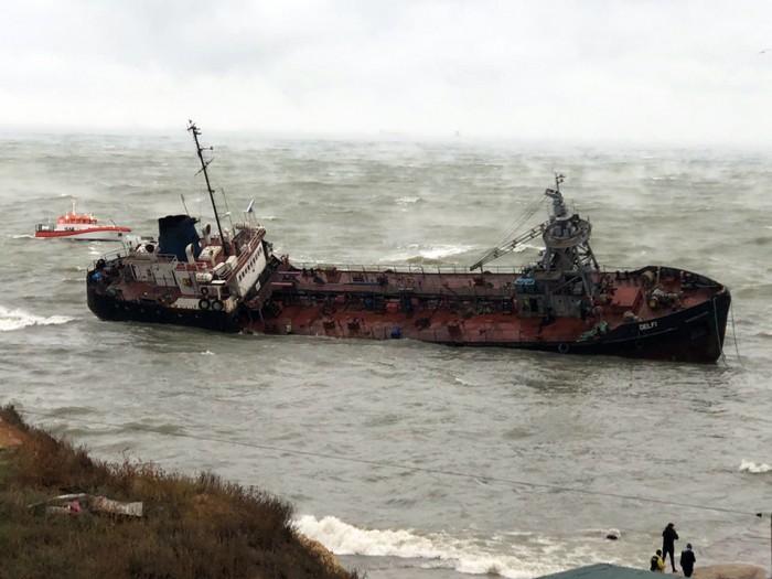 """Власти Одессы закрыли пляж """"Дельфин"""" из-за утечки топлива из танкера"""
