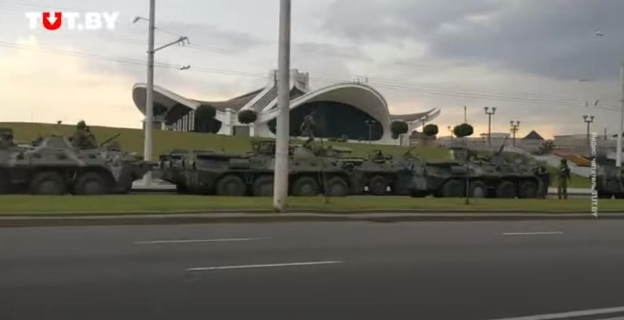 БТРы, снайперы и пулеметы. В Минске усилили охрану резиденции Лукашенко