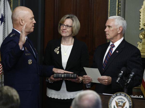 В США приведен к присяге первый руководитель сил космических операций