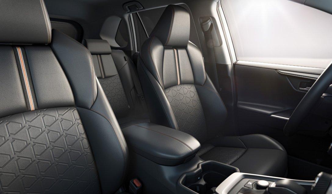 интерьер Toyota RAV4 Adventure, салон, передние сиденья