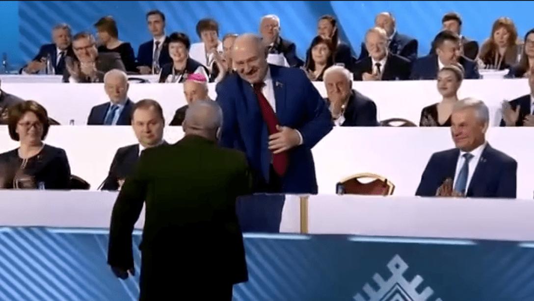 """В военкоме Беларуси устроили флешмоб с передачей """"заряда энергии"""" от Лукашенко"""