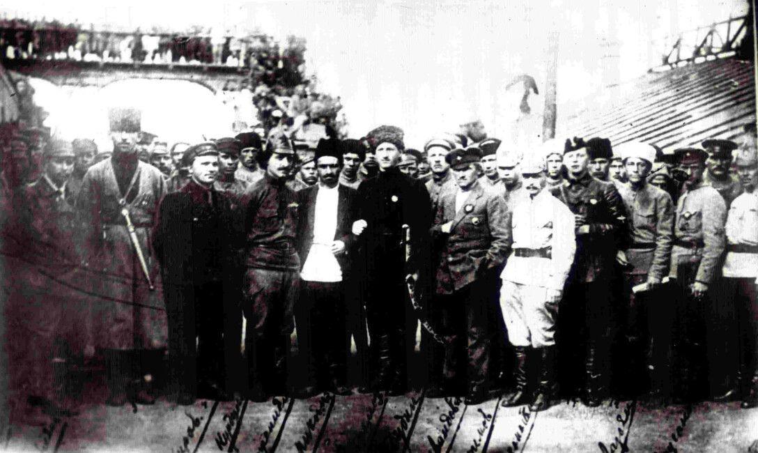 ПОД СОВЕТСКИМ КОНТРОЛЕМ. Вошедшая в Баку Красная армия, 1920г.
