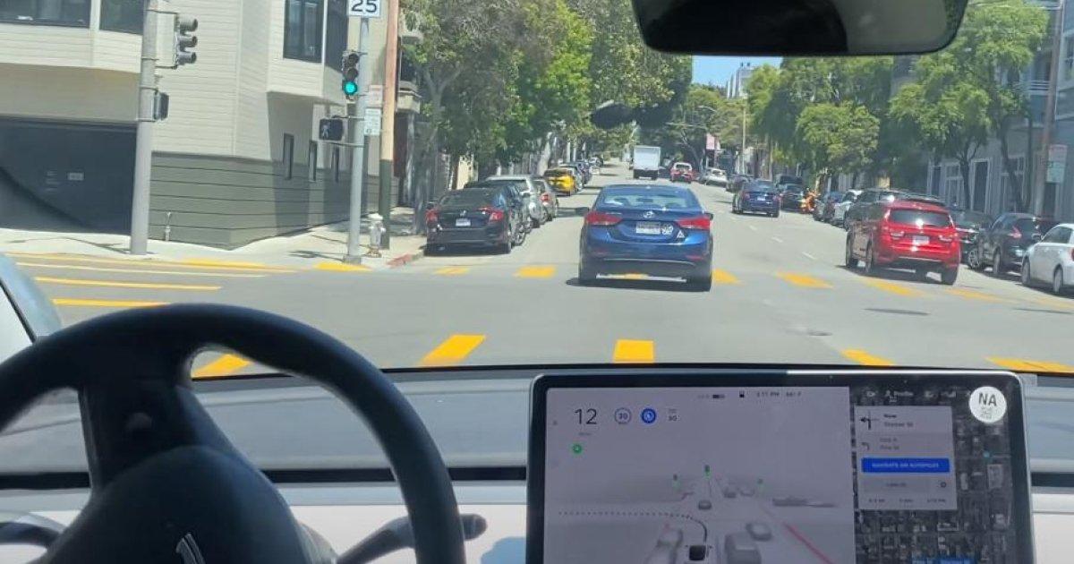 Компанию Tesla обвиняют в тестировании небезопасного автопилота на дор