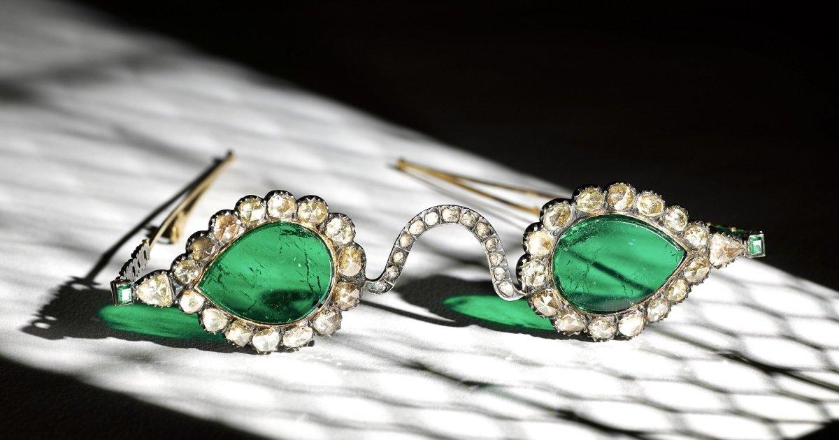 На аукционе продадут изумрудные очки XVII века, помогающие «увидеть рай»