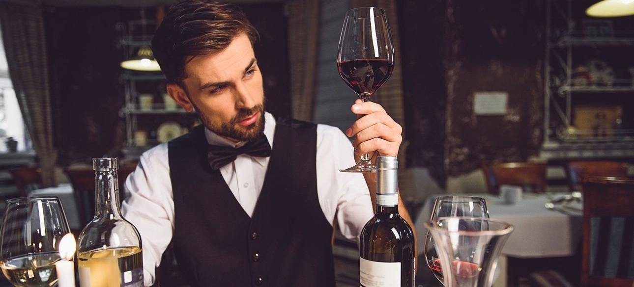 Професія сомельє, келих вина