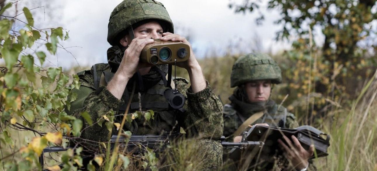 Российские солдаты с приборами наблюдения