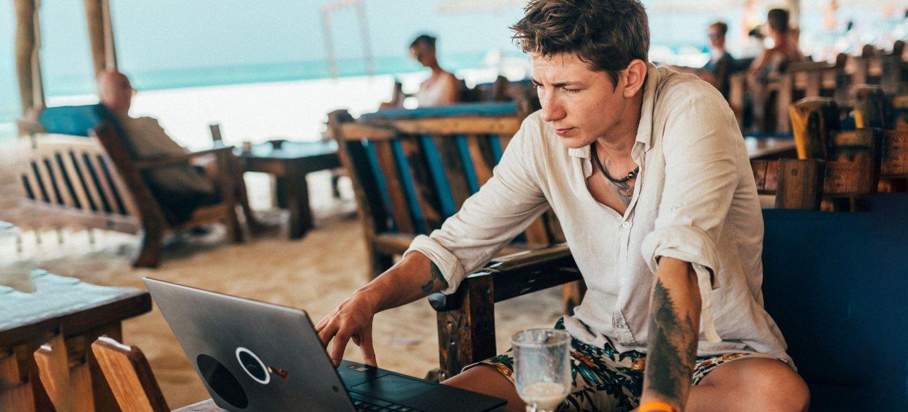 Работа с ноутбуком на пляже