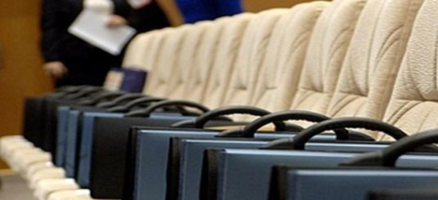портфели чиновников в зале заседаний
