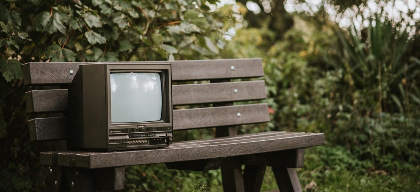 старий телевізор, вінтажний телевізор на лавці