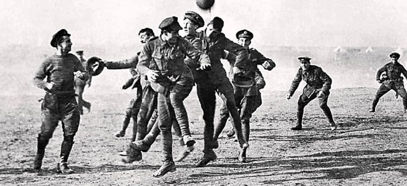 Перша світова війна. Англійські та німецькі солдати грають у футбол на нейтральній смузі.