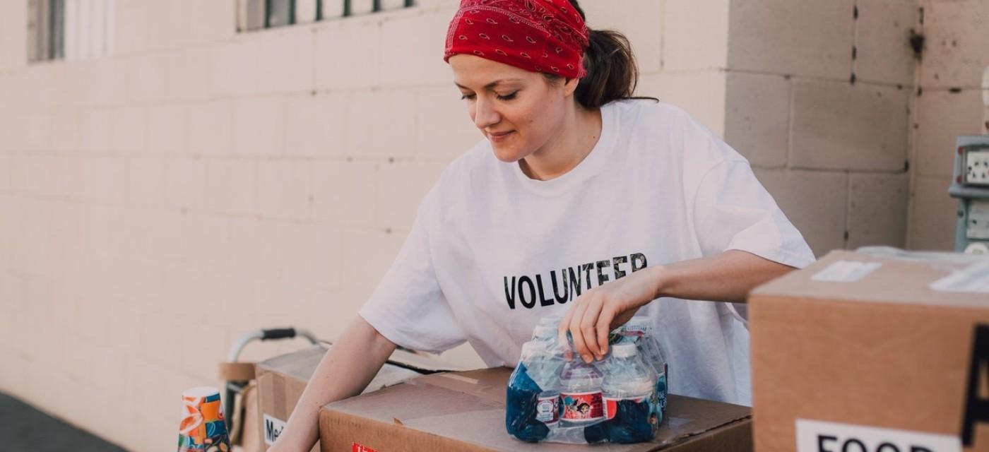 волонтер раздает еду, благотворительность