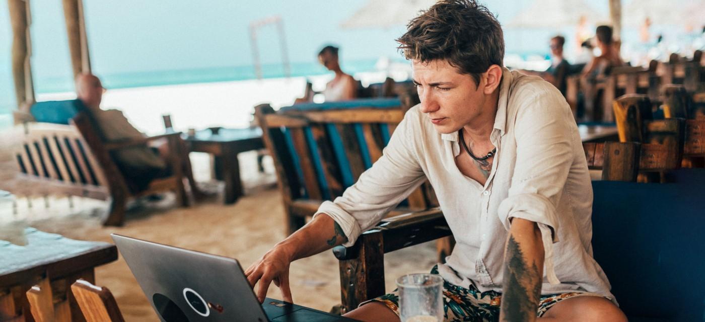 Робота з ноутбуком на пляжі