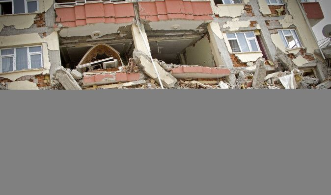 Новое мощное землетрясение в Турции: десятки домов разрушены, есть жертвы