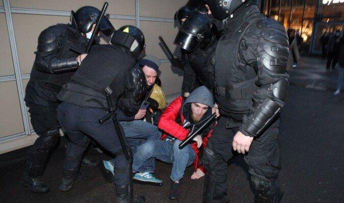 На протестах в поддержку Навального задержали более тысячи человек, - правозащитники (фото, видео)