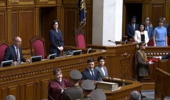 Нардеп рассказал, почему и как упало удостоверение Зеленского на инаугурации
