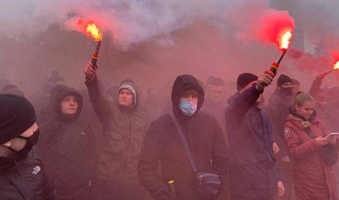 Сторонники Стерненко забросали фаерами Офис генпрокурора и разошлись (видео)