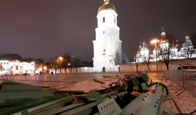 В центре Киева начали устанавливать главную елку страны (фото)